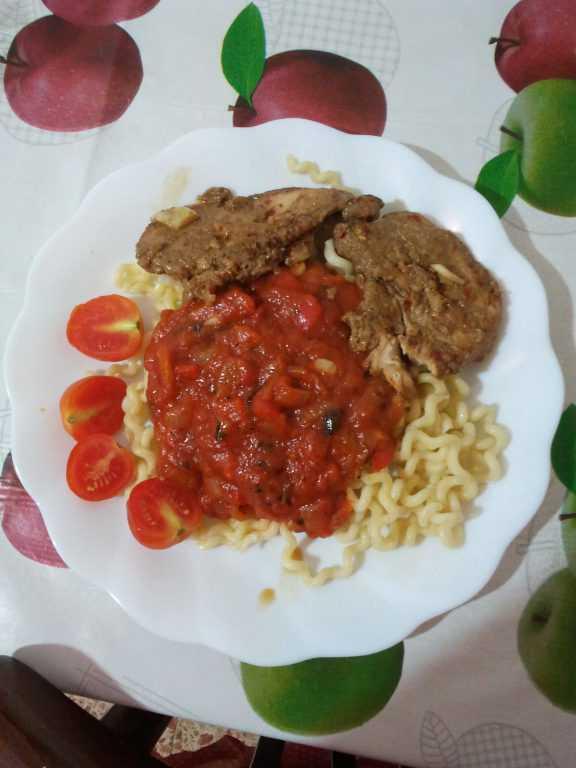 Паста с томатным соусом и курицей в медовом-чили соусе