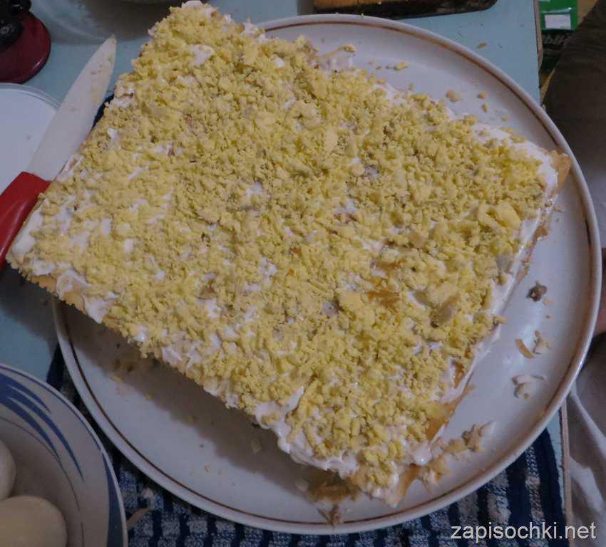 Слоёный торт с грибами и рыбой